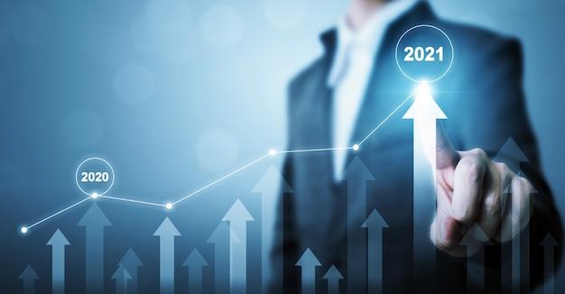 Uomo d'affari che indica il piano di crescita futura aziendale grafico freccia