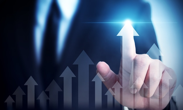 Uomo d'affari che indica il piano di crescita futura aziendale del grafico della freccia