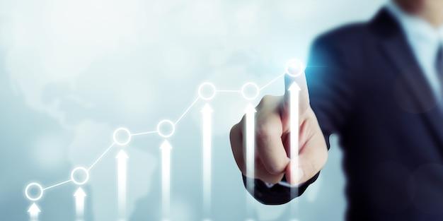 Uomo d'affari che indica il piano di crescita futuro aziendale grafico freccia