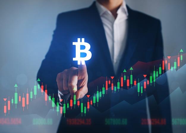 Uomo d'affari che punta icona bitcoin digitale. concetto di aumento dei prezzi per bitcoin. aumento del valore delle criptovalute. borsa futuristica