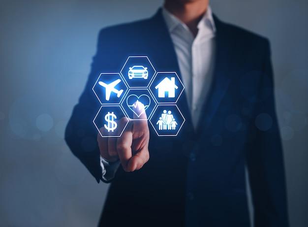 Uomo d'affari che indica auto icone digitali, viaggi, famiglia, vita, casa e finanza.