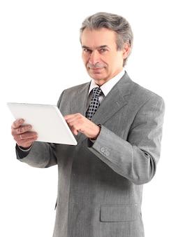 Imprenditore puntare il dito contro lo schermo della tavoletta digitale.