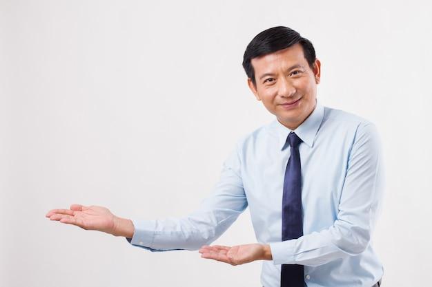 Uomo d'affari che indica la sua mano, presentando qualcosa