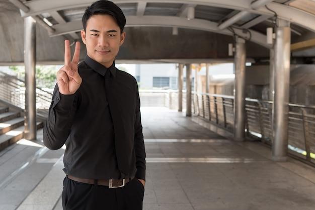 Imprenditore rivolto verso l'alto numero 2 dito gesto della mano