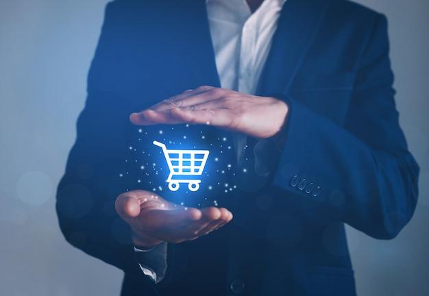 Uomo d'affari che punta sul pulsante virtuale e-shop. concetto di acquisto online, e-commerce e b2c.