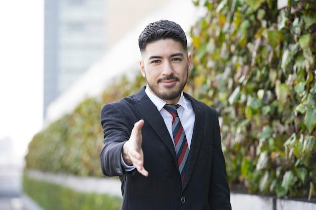 Uomo d'affari che posa per una stretta di mano