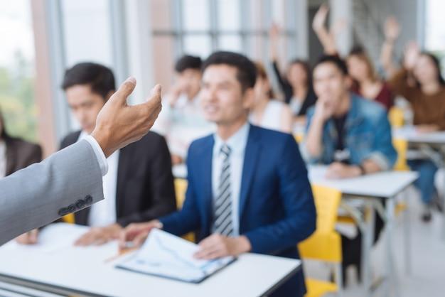 Presentazione dell'uomo d'affari in una sala riunioni di conferenza