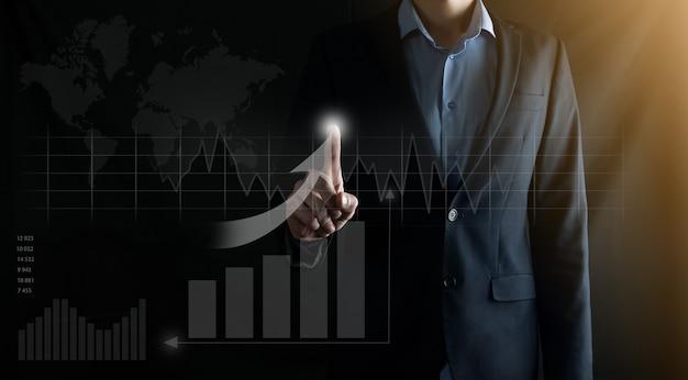 L'uomo d'affari preme un dito su una freccia di crescita positiva