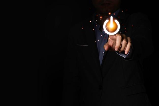 Icona dell'interruttore di pressatura dell'uomo d'affari per accendere o spegnere o spegnere l'apparecchiatura elettronica. è il simbolo del risparmio energetico e l'avvio o l'arresto.
