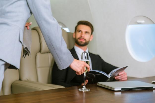 Uomo d'affari su jet privato