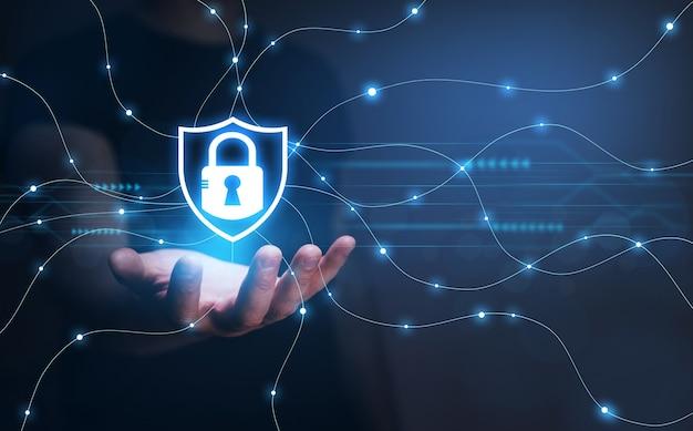 Uomo d'affari che protegge le informazioni personali dei dati concetto di dati di sicurezza informatica lucchetto e te...