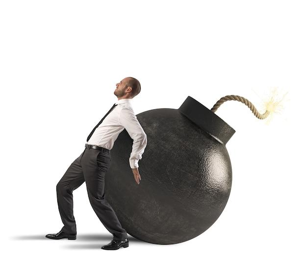 Uomo d'affari che spinge con la bomba della fatica che esplode
