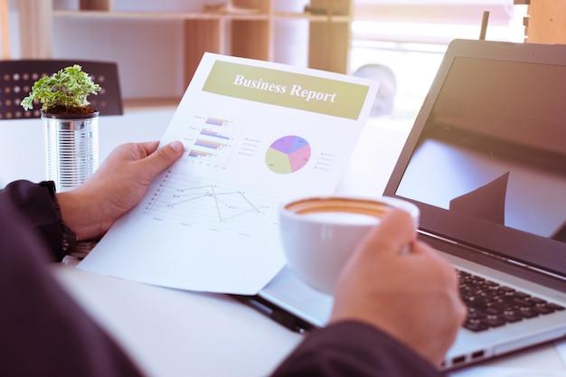 L'uomo d'affari legge un rapporto
