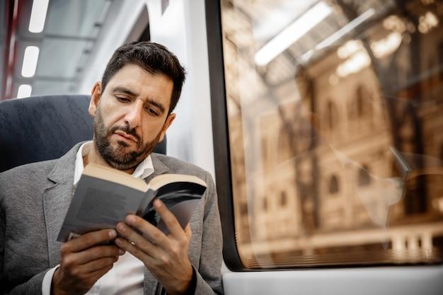Uomo d'affari leggendo un libro