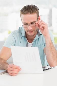 Imprenditore leggendo il documento alla sua scrivania