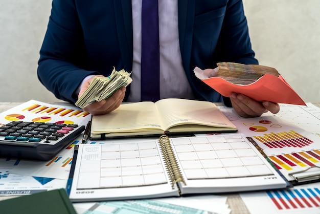 L'uomo d'affari riceve un reddito nascosto in una busta dell'azienda