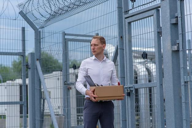 Un uomo d'affari rilasciato dalla prigione medita su cosa fare dopo.