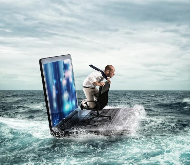 Uomo d'affari che naviga su un computer portatile