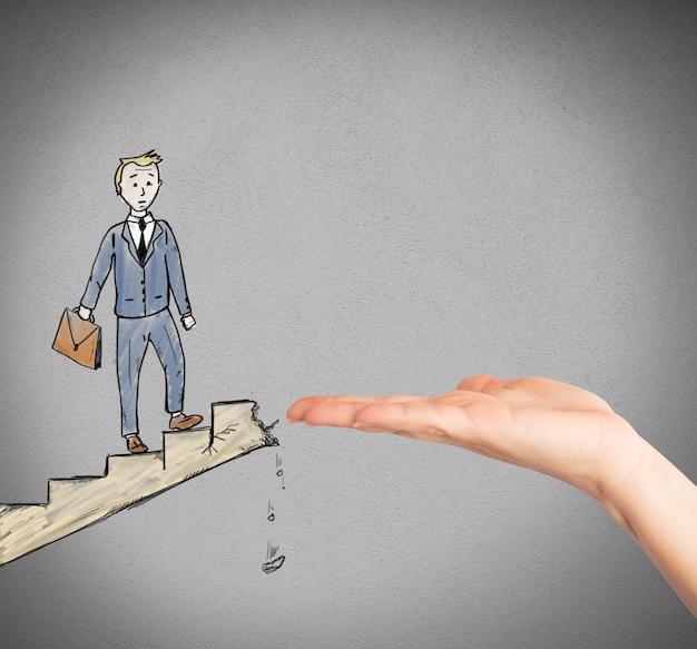 Uomo d'affari su una scala frana aiutato da una grossa mano
