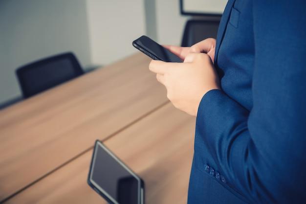 Imprenditore ricerca di dati con lo smartphone tra la riunione di brainstorming di successo aziendale