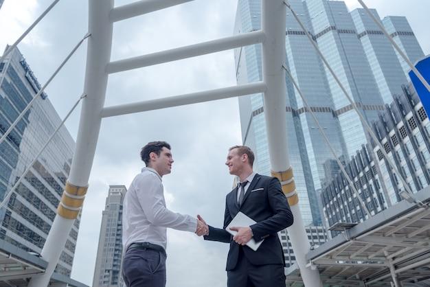 Uomo d'affari stringe la mano per il successo del concetto di accordo