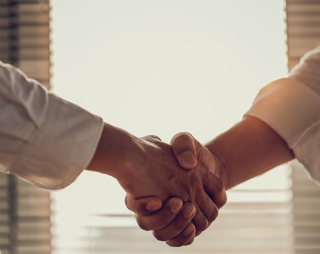 Imprenditore si stringono la mano concordano un affare di grandi vendite che terminano l'obiettivo dei piani di marketing dell'azienda