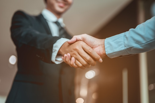 L'uomo d'affari si stringe la mano e si conosce prima che inizino a parlare di affari