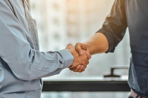 Progetto di affari di successo delle mani di shake dell'uomo d'affari