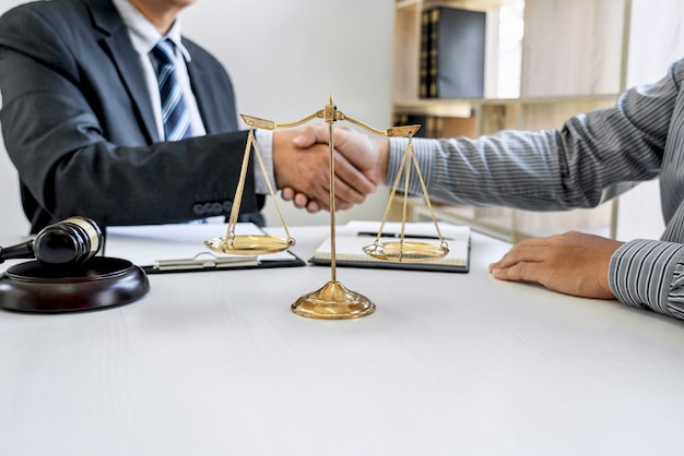 Uomo d'affari che stringe le mani con l'avvocato professionista dopo aver discusso buon affare