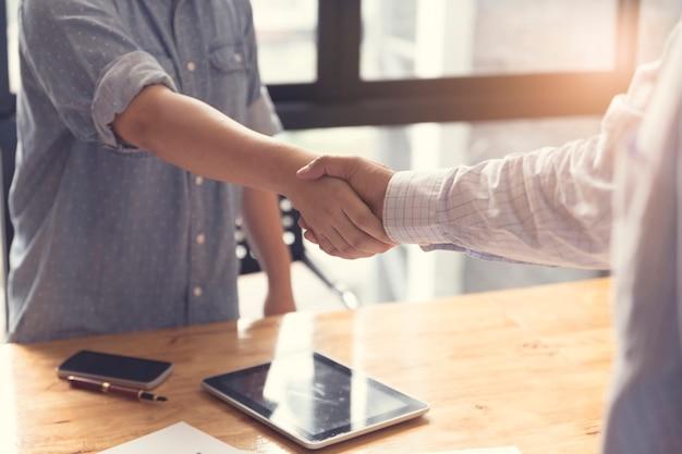 Imprenditore stringono le mani