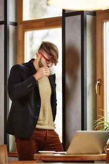 Uomo d'affari in camicia, bere caffè nella caffetteria