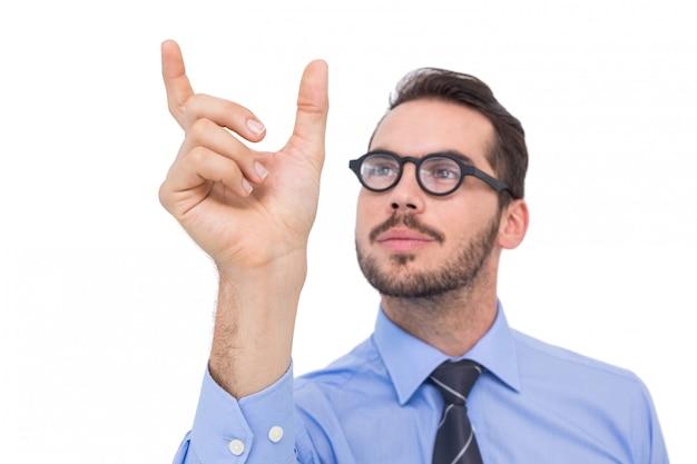 Uomo d'affari in camicia che misura qualcosa con le sue dita