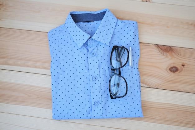 Camicia dell'uomo d'affari su fondo di legno, concetto di affari.
