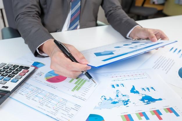 Manifestazione dell'uomo d'affari che analizza rapporto. concetto di prestazione aziendale
