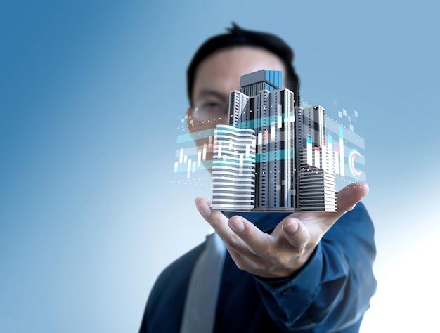 Uomo d'affari mostra il prezzo del valore del grafico della costruzione di immobili per gli investimenti.