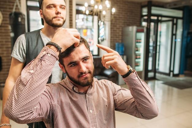 Imprenditore mostra stilista come tagliarsi i capelli
