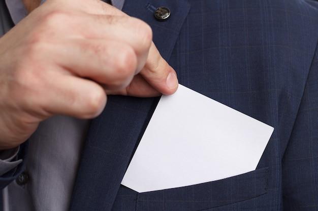 Uomo d'affari che mostra lo spazio in bianco in bianco