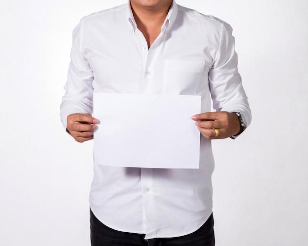 Uomo d'affari che mostra libro bianco in bianco.