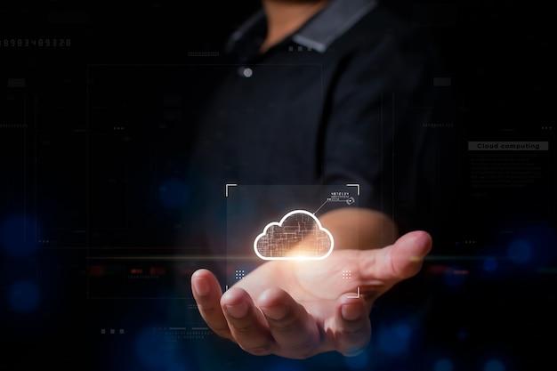 Uomo d'affari che mostra il concetto di cloud computing