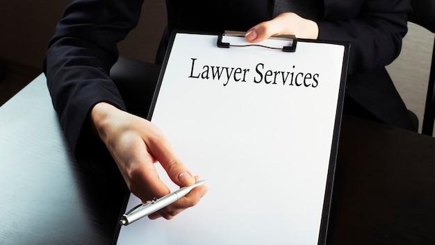 Uomo d'affari mostra testo servizi di avvocato, dettagli aziendali