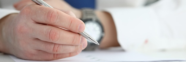 Contratto di firma dell'uomo d'affari. concetto di formazione aziendale.