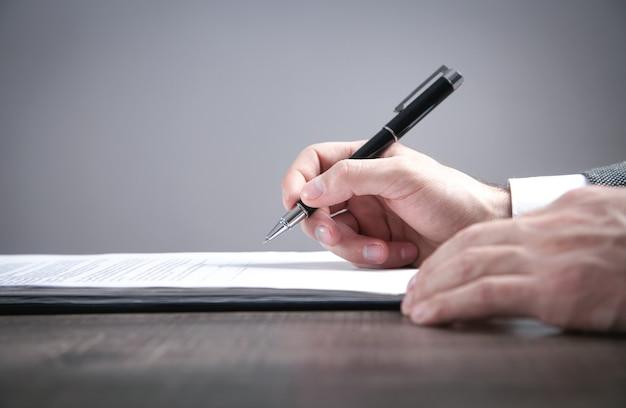 Contratto di firma dell'uomo d'affari in ufficio.