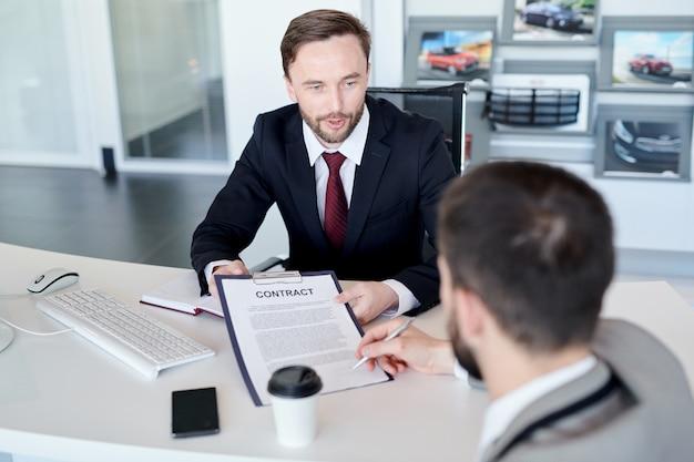 Contratto di firma dell'uomo d'affari