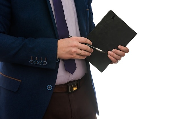 Imprenditore firma contratto di acquisto o locazione o riempimento muro bianco isolato blocco note