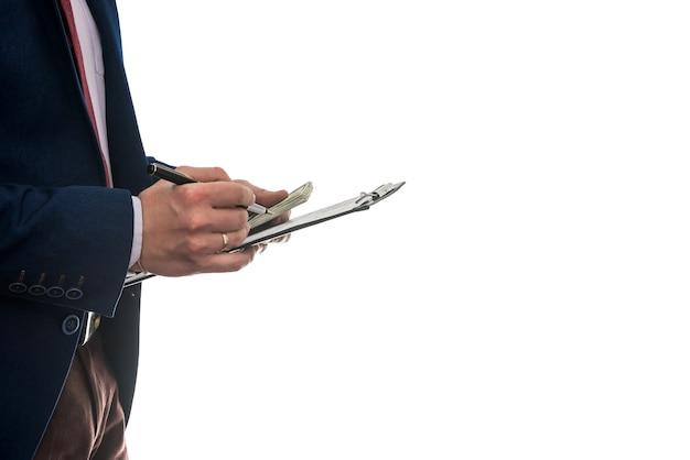 L'uomo d'affari firma un contratto di acquisto o di locazione o riempie il blocco note isolato