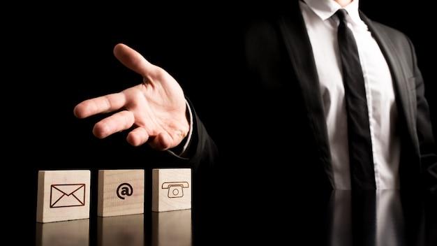Uomo d'affari sul concetto semplice del contatto