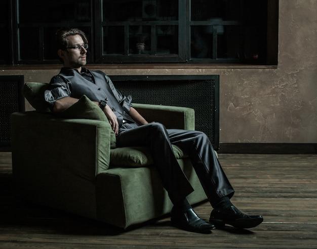 Uomo d'affari seduto su una poltrona