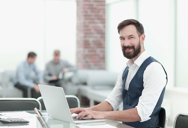 Uomo d'affari seduto alla sua scrivania