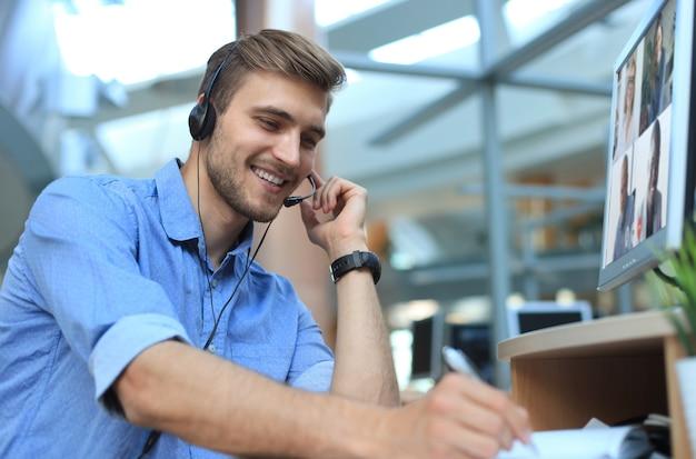 L'uomo d'affari parla durante la videochiamata con i colleghi durante il briefing online durante l'autoisolamento