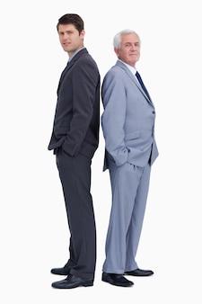 Imprenditore in piedi schiena contro schiena con il suo mentore Foto Premium